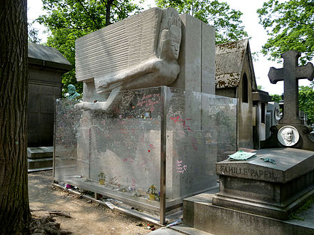 Oscar_Wilde,_Père_Lachaise_cemetery,_Paris,_France