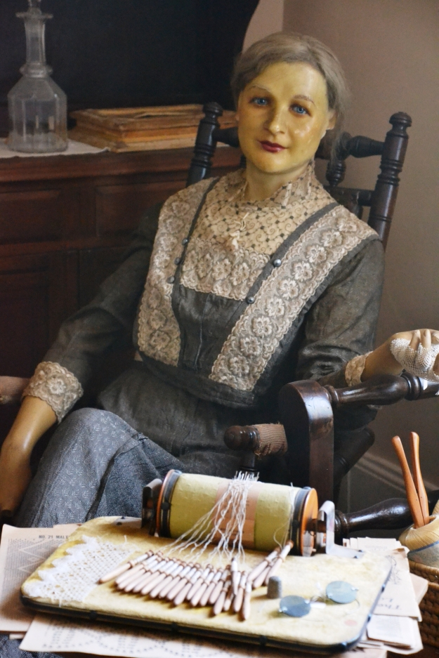 mannequin-making-lace-deloraine