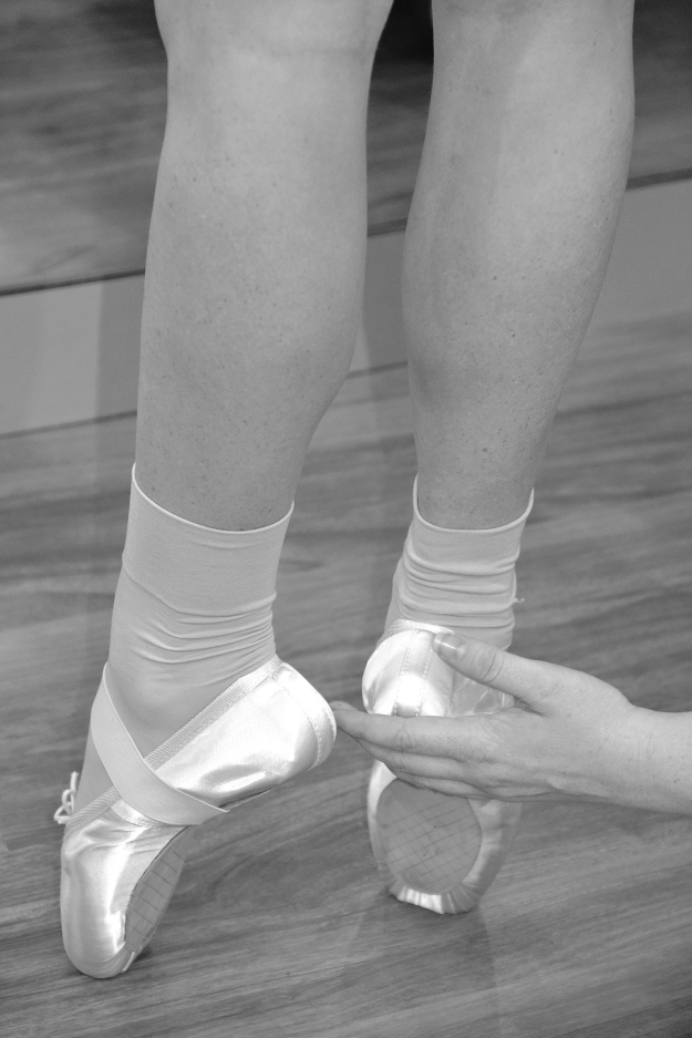 Helping en pointe BW